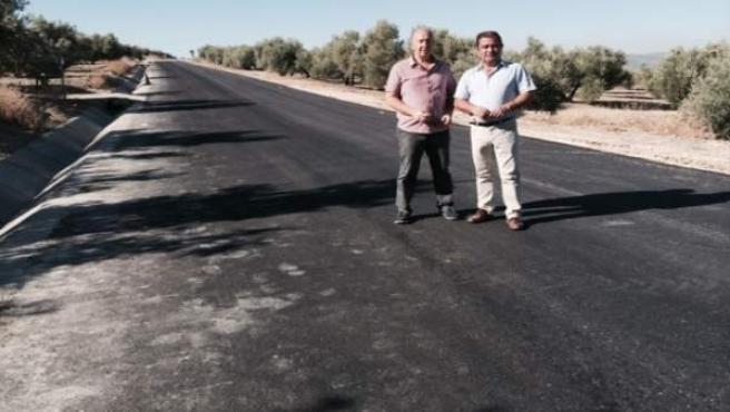 Castro (d) visita las obras ejecutadas en la carretera JA-3405.