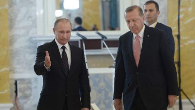 El presidente ruso, Vladimir Putin (i), y su homólogo turco, Recep Tayyip Erdogan (i), reunidos en el Palacio Konstantinovsky en Strelna, a las afueras de San Petersburgo, en Rusia.
