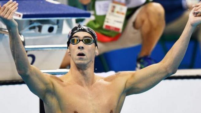 Michael Phelps celebra su oro en los 200 mariposa de los Juegos de Río.