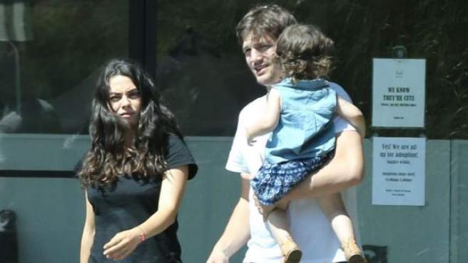 Ashton Kutcher y Mila Kunis, junto a su hija Wyatt.