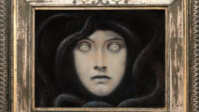 En esta 'Cabeza de la Medusa' se aprecia el cuidado que ponía Von Stuck en los marcos de los cuadros, que elaboraba él mismo