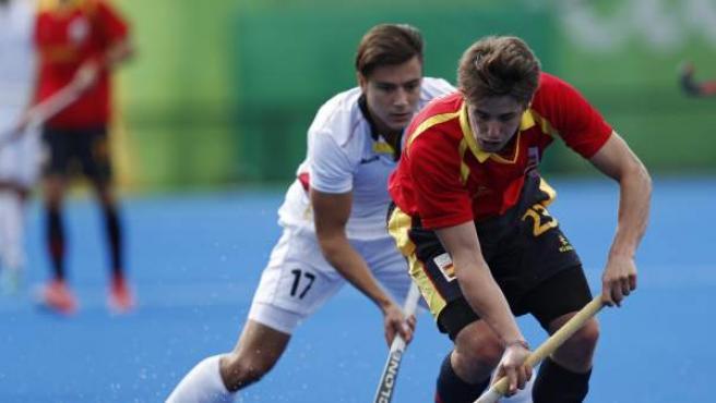 Thomas Briels, de Bélgica (i) ante el español Josep Romeu, en el duelo de España - Bélgica de hockey hierba.