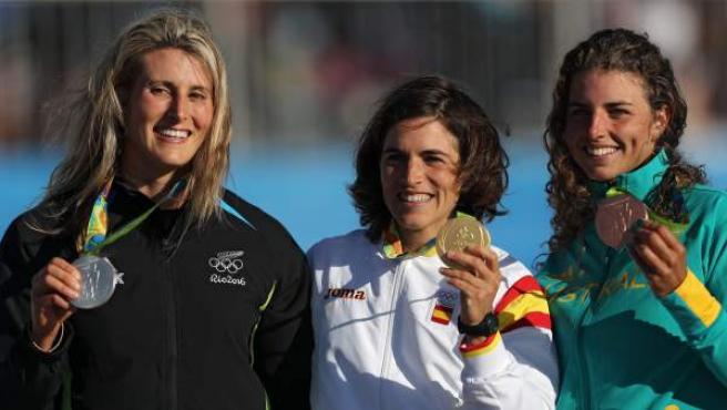 Luuka Jones de Nueva Zelanda, Maialen Chourraut y Jessica Fox, de Australia, en la entrega de medallas de K1.