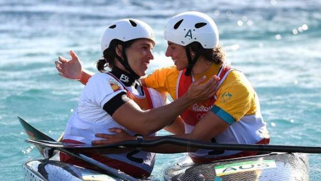 Jessica Fox felicita a Maialen Chorreaut por su medalla de oro en K1.