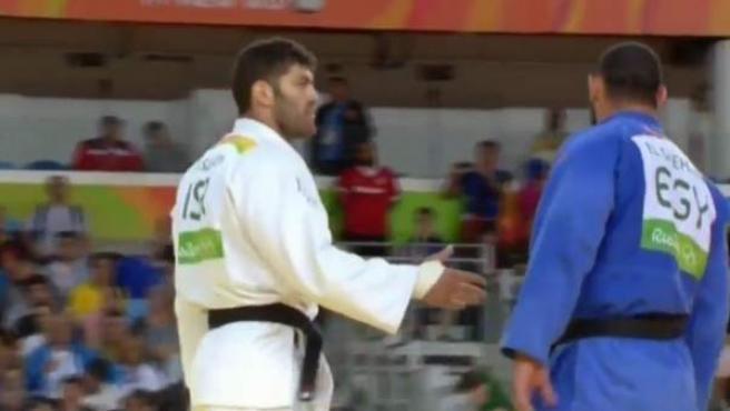 El judoca egipcio El Shehaby se niega a estrechar la mano de su rival, el israelí Or Sasson.