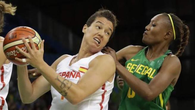 Laura Nicholls ante Astou Traore, en el España - Senegal.