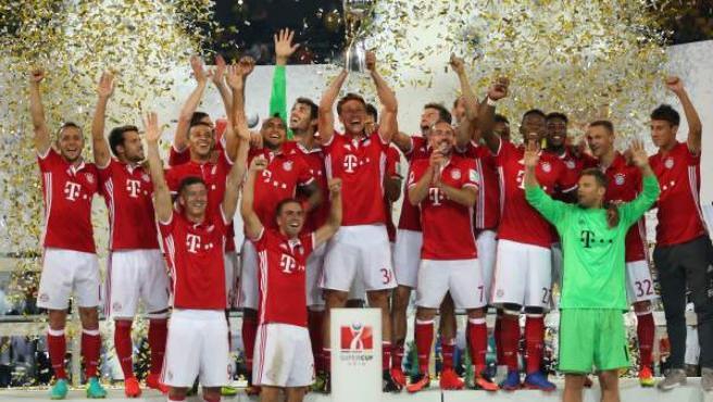 Los jugadores del Bayern celebran su victoria en la Supercopa.