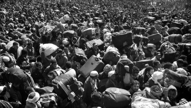 Foto de Paolo Pellegrin de tunecinos, egipcios y otros extranjeros intentando escapar de Libia durante los primeros momentos de la revuelta contra Gadafi