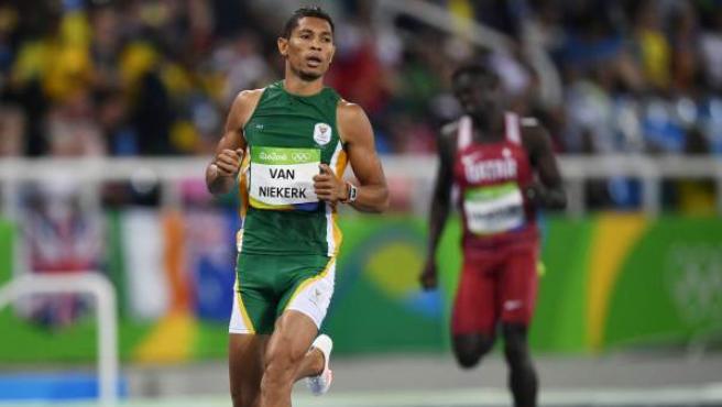 El atleta sudafricano Wayde Van Niekerk ha ganado el oro en los 400 metros lisos, batiendo el añejo récord mundial de Michael Johnson.