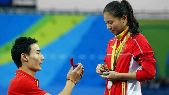 El saltador chino Qin Kai pide matrimonio a su novia, la china He Zi, en los Juegos Olímpicos de Río 2016.