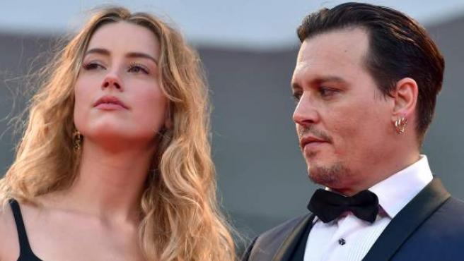 Amber Head y Johnny Depp en el Festival de Cine de Venecia de 2015.