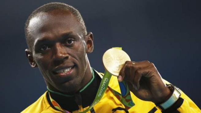 Usain Bolt, en el momento en el que ha recibido la medalla de oro tras ganar la prueba de 100 metros en los Juegos Olímpicos de Río de Janeiro.