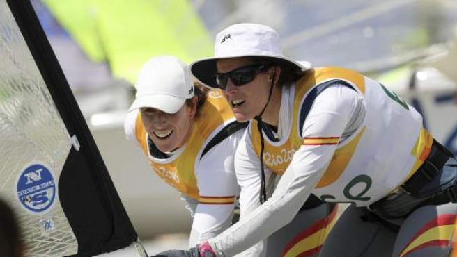 <p>Las atletas españolas Tamara Echegoyen (i) y Berta Betanzos (d) participan de la competencia vela FX femenino en la bahía de Guanabara en el marco de los Juegos Olímpicos Río 2016.</p>