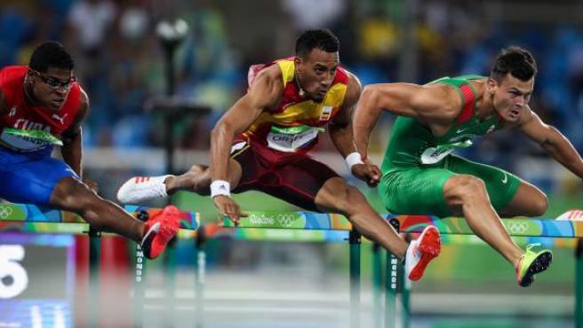 El atleta cubano Yordan Farril (i), el español Orlando Ortega (c) y el húngaro Balazs Baji (d) compite en la prueba de 110 metros vallas.