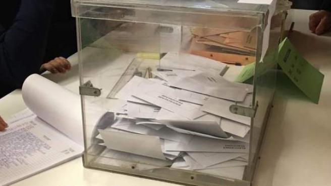 Una urna con votos en una imagen de archivo.