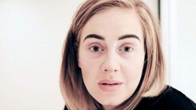 La cantante Adele, sin maquillar y con un fuerte resfriado