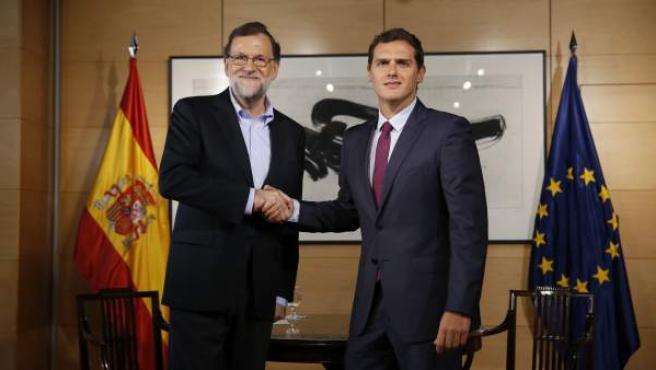 Rajoy y Rivera, durante una reunión en el Congreso tras las elecciones del 26-J.
