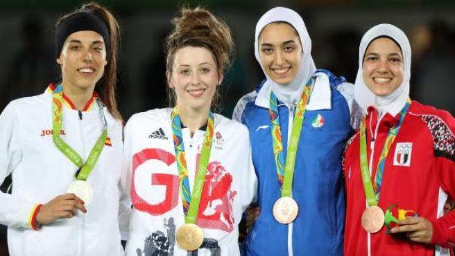 Eva Calvo con la medalla de plata lograda en taekwondo en los Juegos de Río junto a Jade Jones (oro) y Kimia Alizadeh Zenoorin y Hedaya Wahba (bronce)