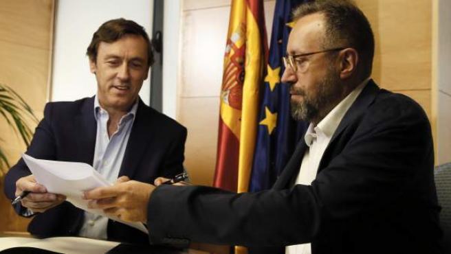 Los portavoces parlamentarios del PP, Rafael Hernando, y de Ciudadanos, Juan Carlos Girauta, durante la firma del pacto anticorrupción.