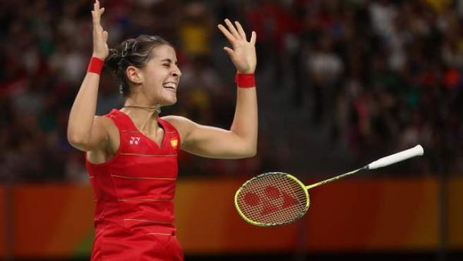 Carolina Marín celebra el último punto de la final olímpica, el que le daba el oro.