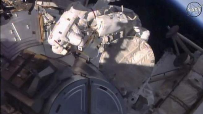 Los astronautas de la NASA Kate Rubins y Jeff Williams, instalando el puerto de atraque en la EEI.