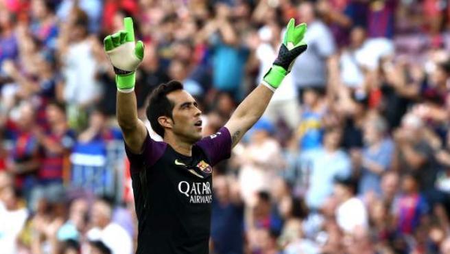 El portero chileno del FC Barcelona, Claudio Bravo celebra el segundo gol de Luis Suárez ante el Real Betis Balompié.