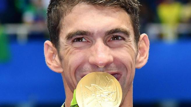 Michael Phelps con una de las medallas de oro que ganó en los Juegos de Río.