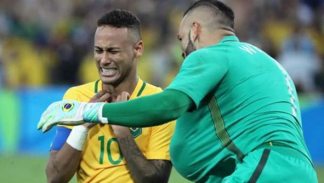 El jugador brasileño Neymar (i) celebra con el guardameta Weverton (d) tras vencer a Alemania en los penaltis de la final de fútbol masculino de los Juegos Olímpicos Río 2016.