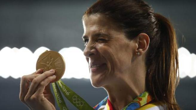 La atleta española Ruth Beitia guiña el ojo con su medalla de oro en salto de longitud.