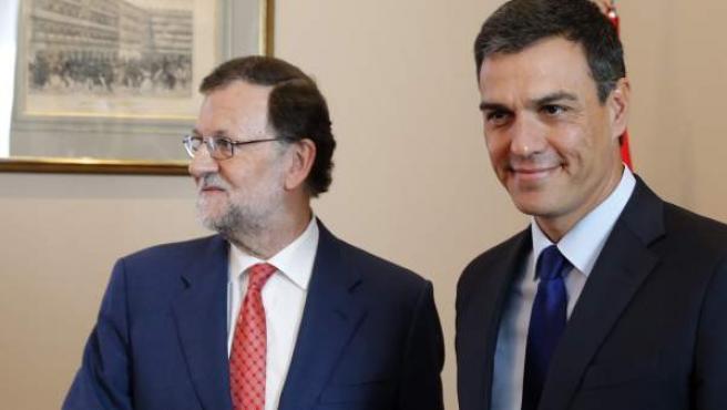 Mariano Rajoy y Pedro Sánchez, saludándose antes de la reunión.