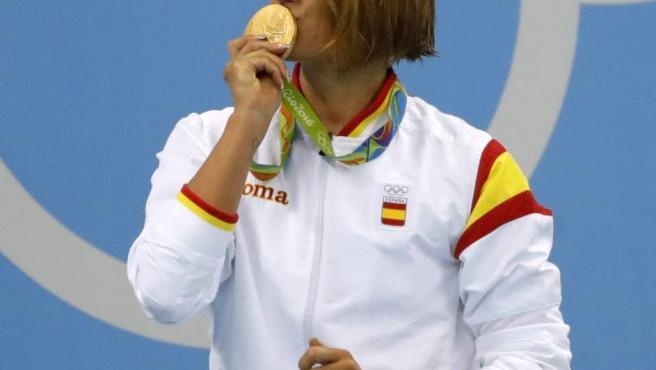 Mireia Belmonte, con la medalla de oro de los 200 mariposa obtenida en los Juegos Olímpicos de Río 2016.