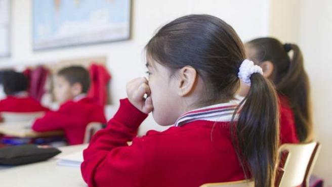 Varios niños en una clase en un colegio de primaria.