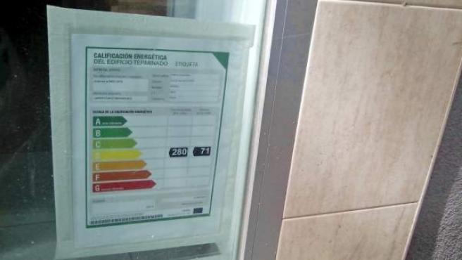 Un inmueble con su obligatoria etiqueta energética, en sitio visible.