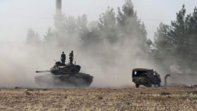 Uno de los veinte tanques turcos que han entrado en Siria durante una operación contra el llamado Estado Islámico, desde el distrito de Gaziantep (Turquía).
