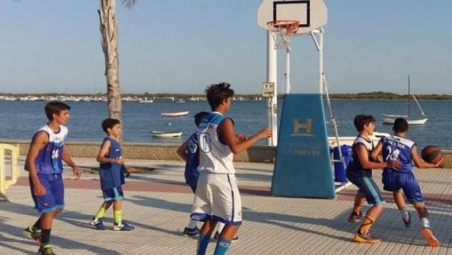 Jóvenes jugando al baloncesto 3x3
