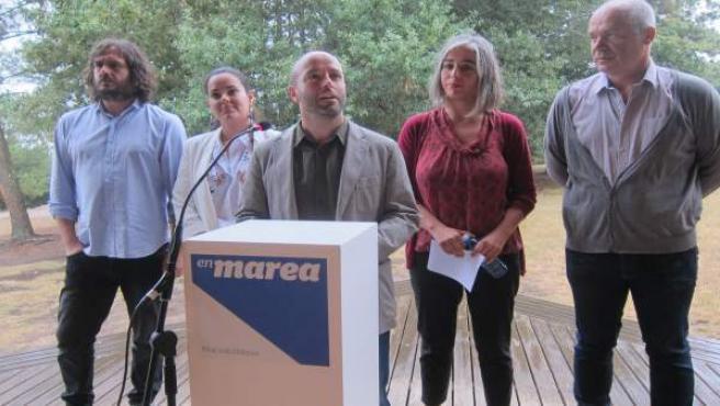 El candidato de En Marea, Luis Villares, junto a otros miembros de la candidatur