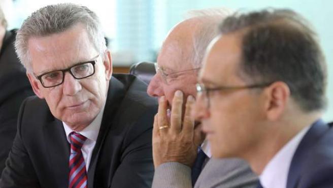 El ministro alemán de Interior, Thomas de Maiziere (i), se sienta junto al ministro alemán de Finanzas, Wolfgang Schaeuble (c), y al ministro alemán de Justicia, Heiko Maas (d), al comienzo de la reunión semanal del consejo de ministros en Berlín, Alemania.