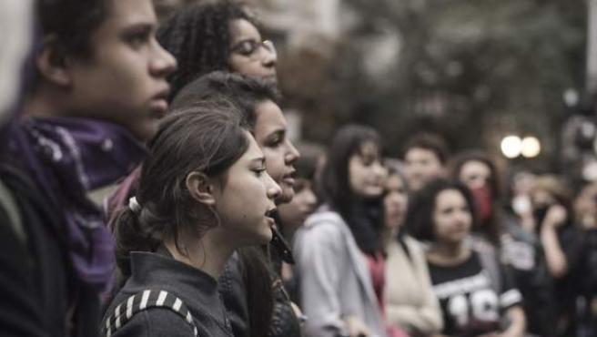 Jóvenes brasileños marchan por la escuela pública, en agosto de 2016.