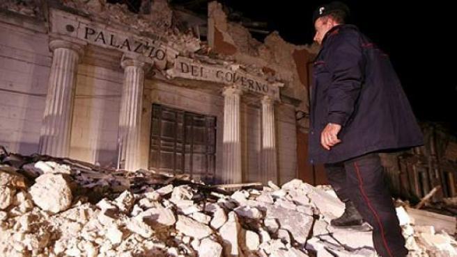 Un carabinieri observa lo0s destrozos en el Palacio de Gobierno de L'Aquila.