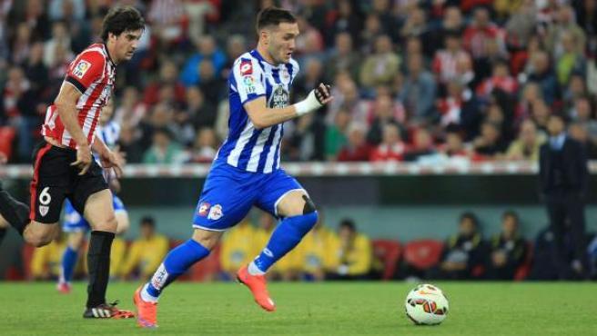 El jugador del Deportivo de La Coruña Lucas Pérez (d) escapa de San José, del Athletic de Bilbao.