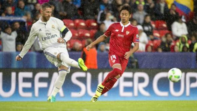 Sergio Ramos y Hiroshi Kiyokate en el Real Madrid - Sevilla de la Supercopa de Europa.