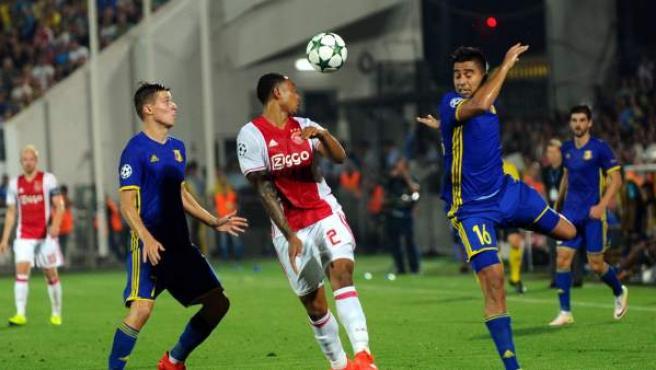 El jugador Dmitri Poloz (i) y Christian Noboa (d) de Rostov disputa el balón con Kenny Tete (c) de Ajax