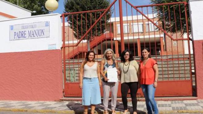 Dirigentes del PP visitando el colegio Padre Manjón de Bormujos