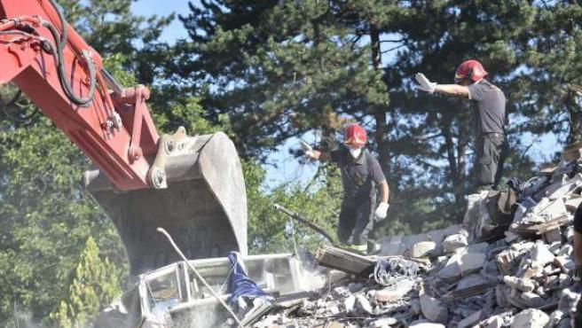 Los bomberos buscan supervivientes entre los escombros de un edificio derrumbado en Amatrice, en el centro de Italia.