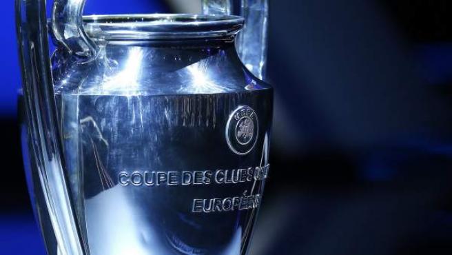 <p>Fotografía del trofeo de la Liga de Campeones, en el sorteo de la Liga de Campeones de la UEFA 2016/17.</p>