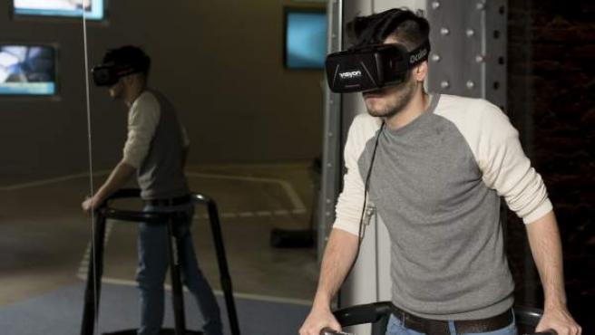 Un joven prueba una gafas de realidad virtual, en una imagen de archivo.