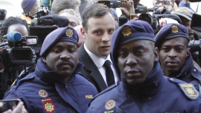 El atleta sudafricano Oscar Pistorius (c) a su llegada al Tribunal Superior de Pretoria, Sudáfrica.
