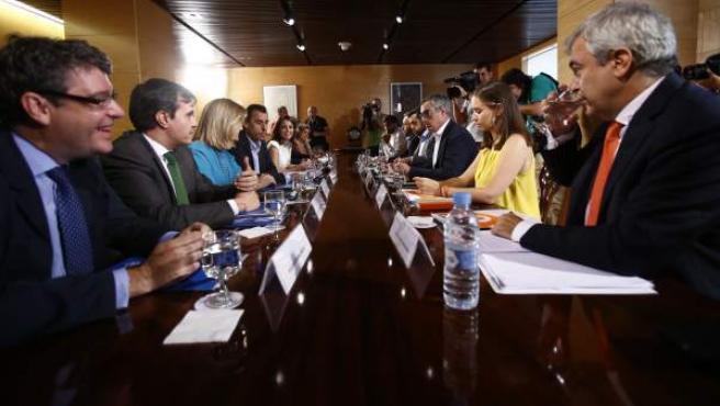 Los equipos negociadores de PP y Ciudadanos, reunidos en el Congreso.