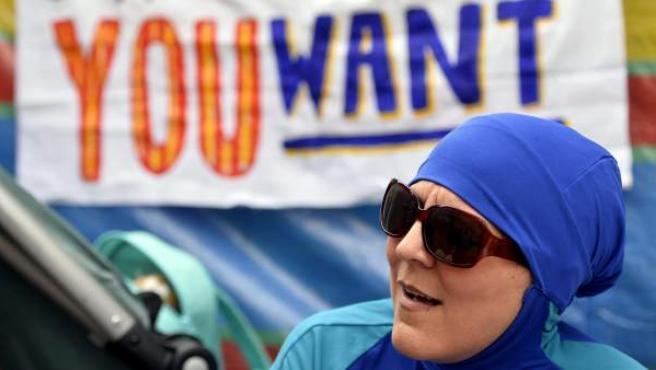 """Una mujer ataviada con un burkini participa en una protesta bajo el lema """"Lleva lo que quieras"""" frente a la embajada francesa en Londres."""