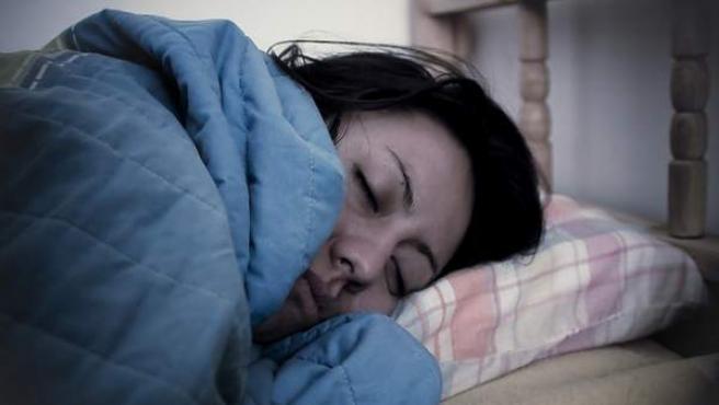 Mujer durmiendo, en una imagen de recurso.